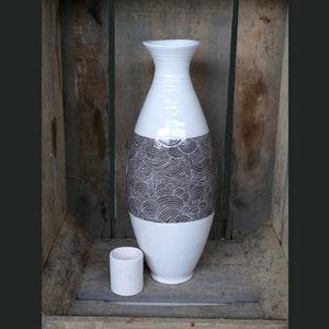 TERRE ET SONGES - grand vase blanc et gris aux d�cors �cailles - Vase � Fleurs