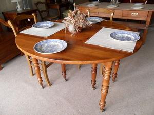 Loic Bougo - table ovale en merisier 6 pieds avec 3 rallonges - Table De Repas Ovale