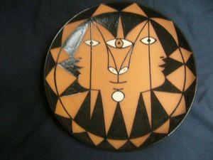 SYLVIA POWELL DECORATIVE ARTS - trois faces aux triangles - Assiette Décorative