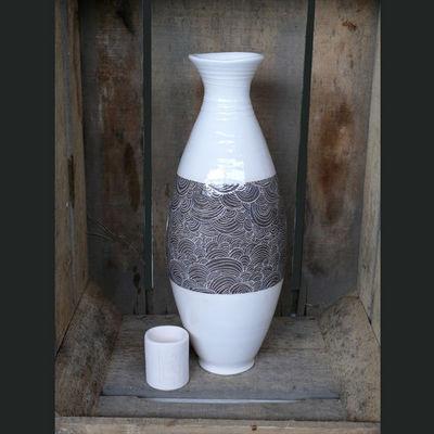 TERRE ET SONGES - Vase à fleurs-TERRE ET SONGES-Grand vase blanc et gris aux décors écailles