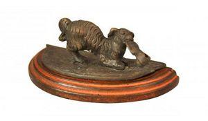 Demeure et Jardin - chien à la chaussure en bronze - Animal Sculpture