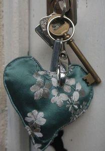 LE BEL AUJOURD'HUI - porte-clé coeur soie bleue - Key Ring