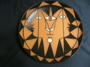 SYLVIA POWELL DECORATIVE ARTS - trois faces aux triangles - Decorative Platter
