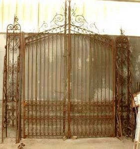 GALERIE MARC MAISON - wrought iron 19th century entrance gate - Gitter