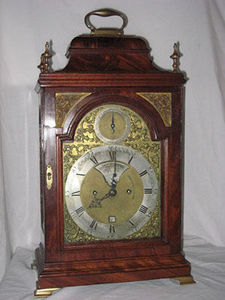 KIRTLAND H. CRUMP - mahogany english bracket clock made by john brockb - Tischuhr