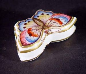 EARLE D VANDEKAR OF KNIGHTSBRIDGE - a spode porcelain butterfly box - Keksdose