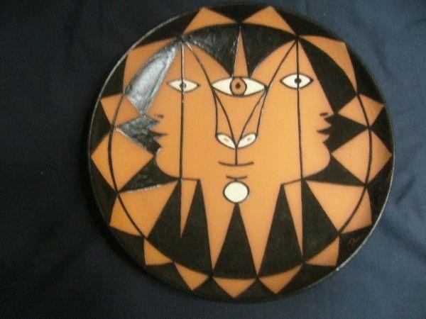 SYLVIA POWELL DECORATIVE ARTS - Deko-Teller-SYLVIA POWELL DECORATIVE ARTS-Trois faces aux triangles